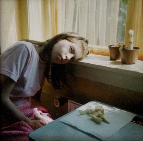 Hellen Van Meene, Untitled, 1999, Fotografia a colori, ed 2/10 © Hellen Van Meene, Courtesy Le case d'arte, Milano (Collezione privata)