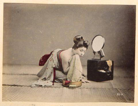 Giappone, costumi e tradizioni giapponesi, 1880-1890 ca. Albumina, ritoccata all'anilina, 23,5 x 17,5 cm