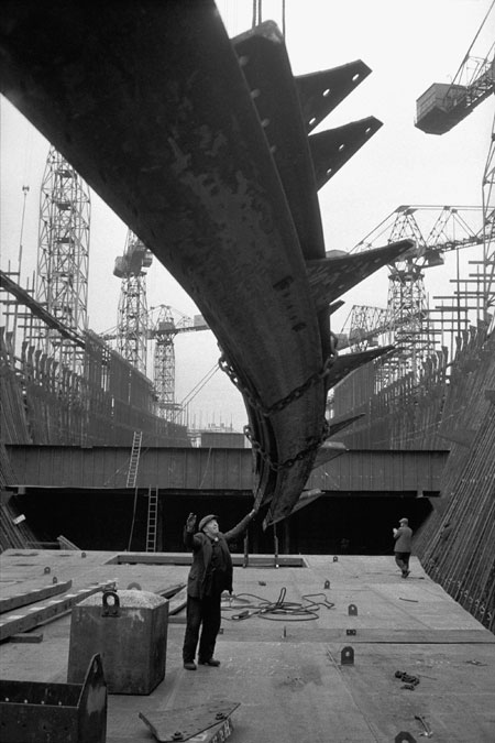 "Building an Ocean-liner for the Pacific and Orient Lines at the Harland and Wolff Wharf in Belfast, Northern Ireland, 1958. From ""Europe: Post World War II""Archival pigment prints on Hahnemühle Fine Art © Erich Lessing"
