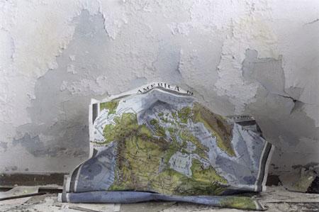Silvia Camporesi, Planasia #3 (scuola), Isola di Pianosa, 2014, stampa in bianco e nero su carta fotografica archival matte colorata a mano. Courtesy Silvia Camporesi