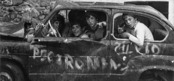 Sergio Romagnoli, Kids in a wrecked car, Lipari © Doriana Romagnoli