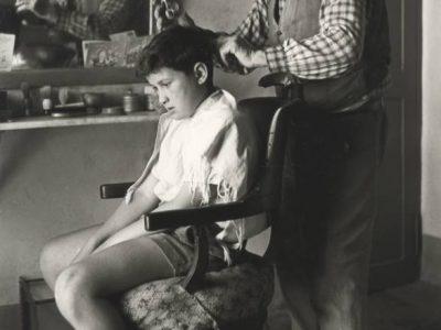 Mario Dondero, In un paese lombardo, barbiere di famiglia, anni '60, 1960 ca., Collezione Fotografia Europea