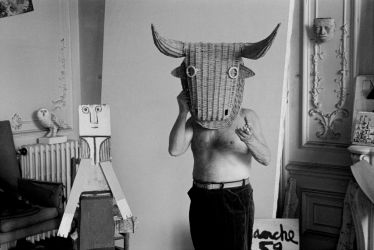 Edward Quinn, Picasso with bullfight mask, Villa La Californie, Cannes 1959, 2016. Stampa ai sali d'argento, 96 x 127 cm. Courtesy Suite 59 Gallery Amsterdam, Foto Edward Quinn